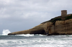 harde wind beukt de golven op de rotsen