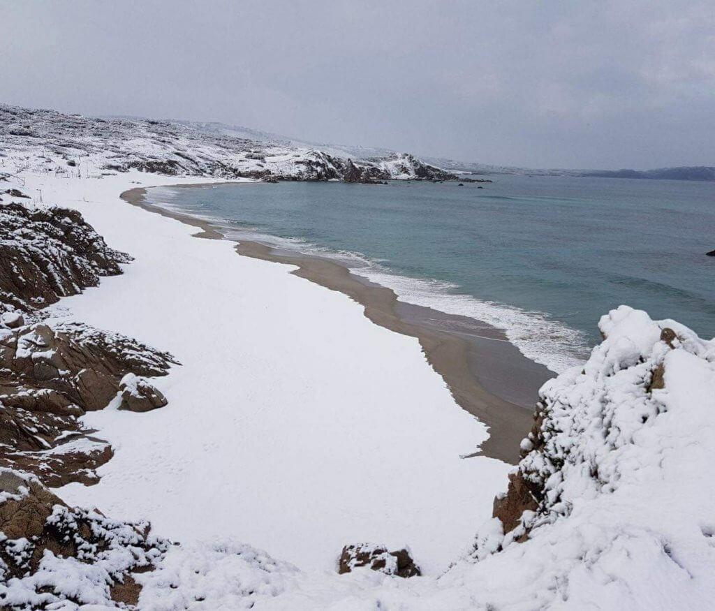 sneeuw op het strand op Sardinië.