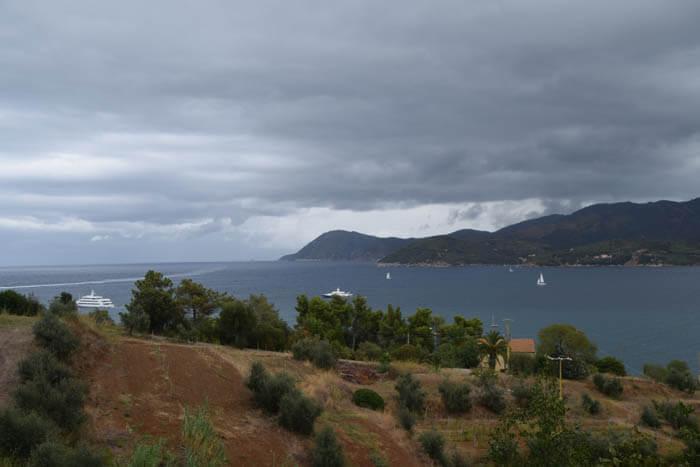 regenwolken pakken zich samen boven elba - reisverslag